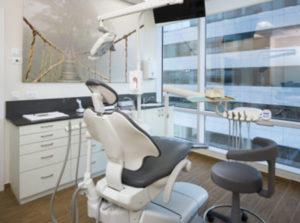 """מרפאת השיניים של ד""""ר לייסר בחולון. כאן תעברו גם טיפולים בידי שיננית"""
